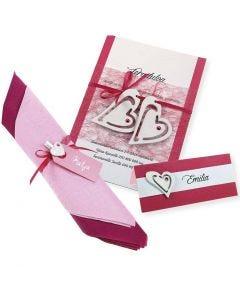Inbjudning, placeringskort/bordskort och servettdekorationer i rosa och vitt.