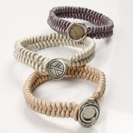 Armband av flätat läder med knapplås