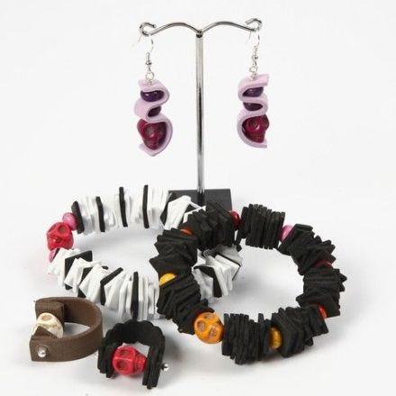 Armband, ring och örhängen av mossgummi