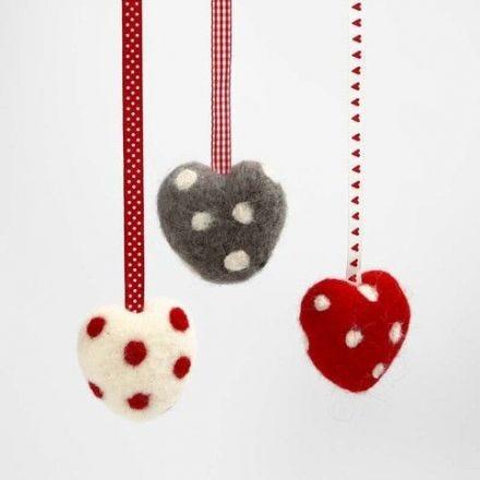 Nålfiltade frigolithjärtan med prickar