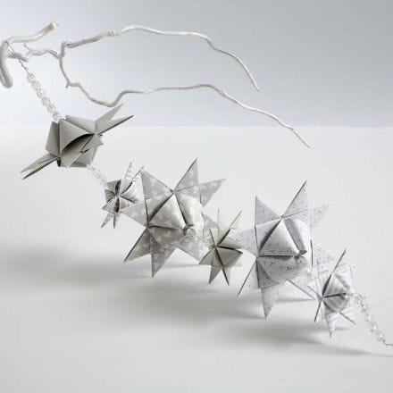 Girlanger av flätade stjärnor med pyramidform
