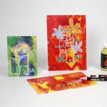 Målarplatta med ritat motiv på färgad bakgrund