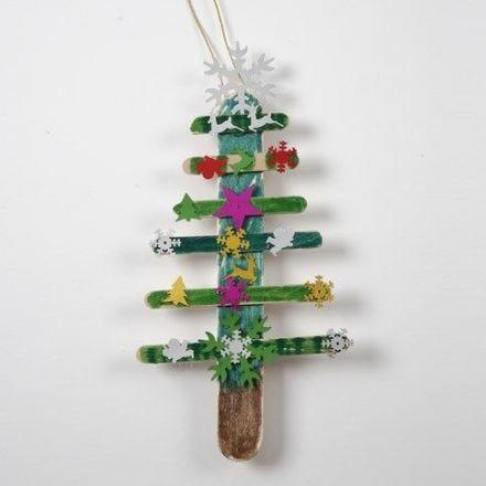 Julgran av målade glasspinnar med paljetter