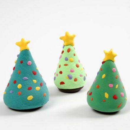 Julgran med julgransdekorationer av Silk Clay