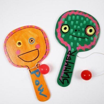 Målad leksak av trä, dekorerad med Uni Posca tusch