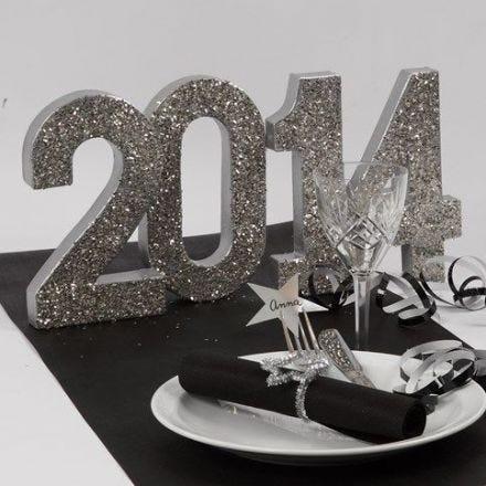 Silverglittrande dekorationer till nyår