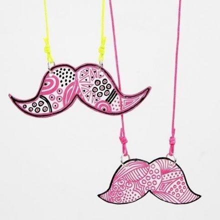 Mustasch som berlock av krympplast och tusch