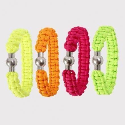 Knutet armband av neonfärgat snöre