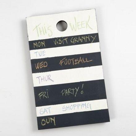 Veckokalender av skärbräda med tavelfärg