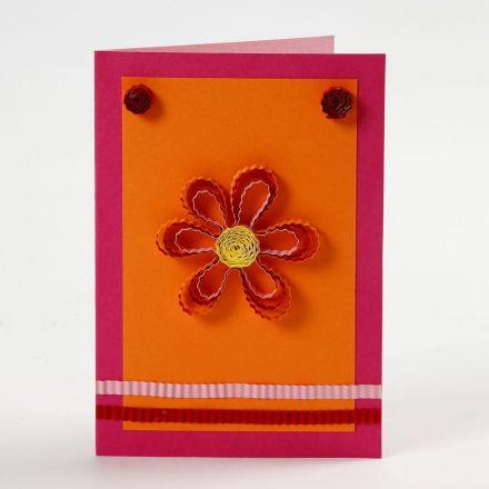 Kort med blommor och dekorationer av pappersstrimlor/quilling