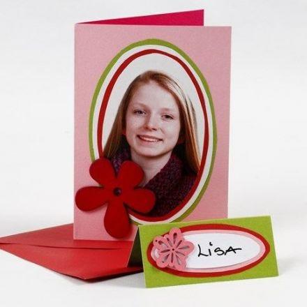 Kort med porträttfoto på färgad kartong i ovaler
