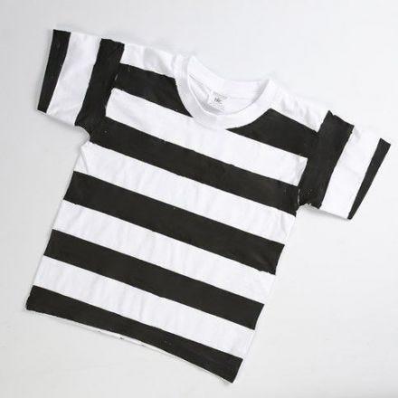Fångdräkt av vit T-shirt med svartmålade ränder