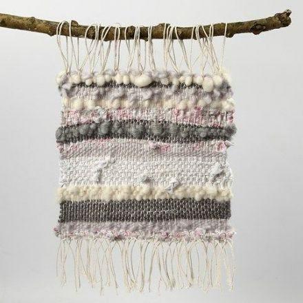 Vävda dekorationer av bomullsgarn, ullgarn och tygstrimlor