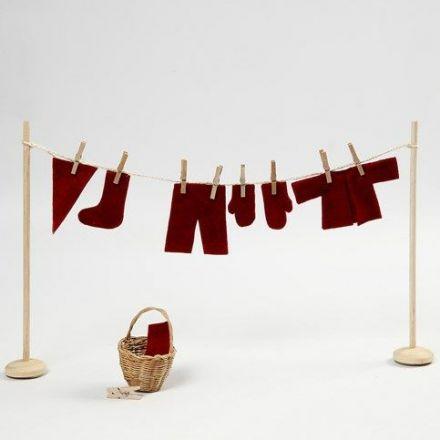 Torkställning med tomtenissens tvätt i miniatyr