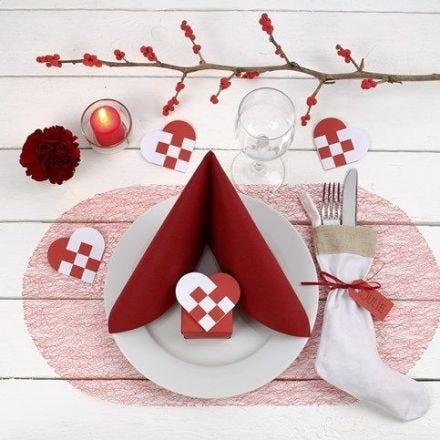 Juldukning med bordsdekoration i rött och vitt