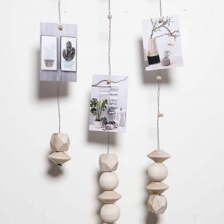 Mobil av vindseltråd med magneter till upphängning av foto osv.