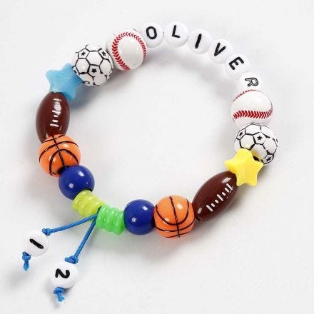 Armband av färgat elastiskt snöre med bl.a. bokstavspärlor
