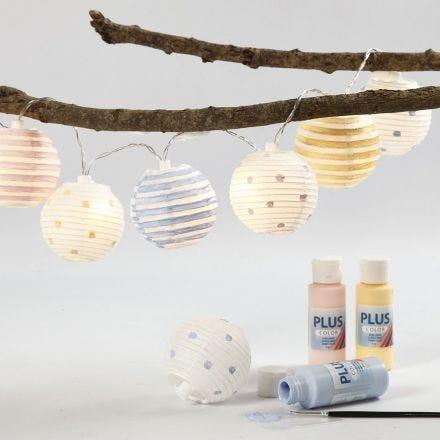 Ljusslinga med målade lampskärmar av rispapper.