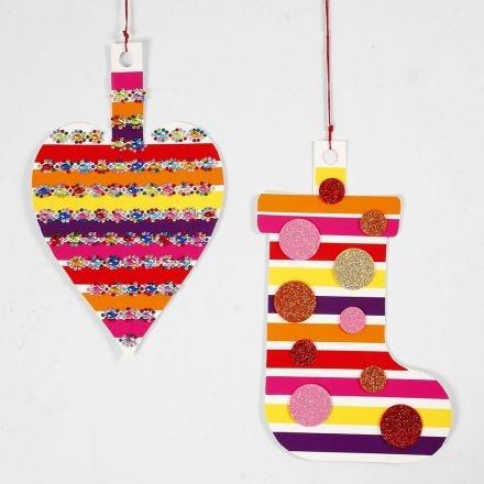 Dekorationer av kartong dekorerad med glanspapper och glittriga smådekorationer