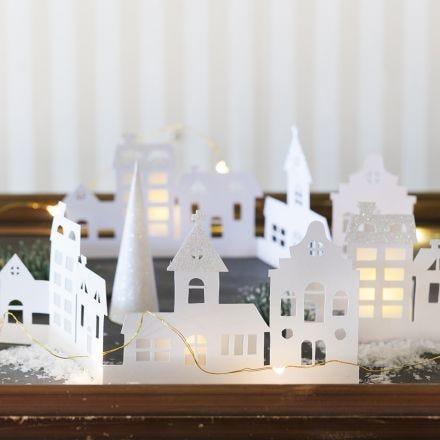 Silhouette-by av kartong dekorerad med glitterpapper och pergamentpapper