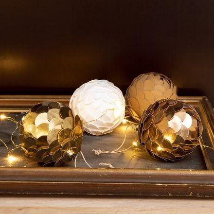 Julkulor gjorda som kottar av läderpapper