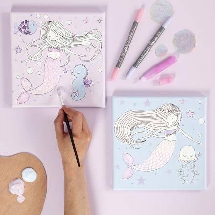 Målarduk med sjöjungfrumotiv färglagd med tusch och glitterlim.