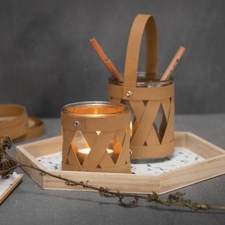 Glas till ljus och förvaringsglas med sjärnstrimlor av läderpapper.