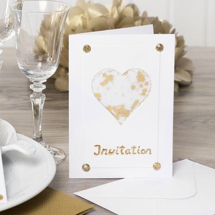 Inbjudningskort dekorerade med hjärta av pergamentpapper, glitter, rhinestones och dekorationsfolie.