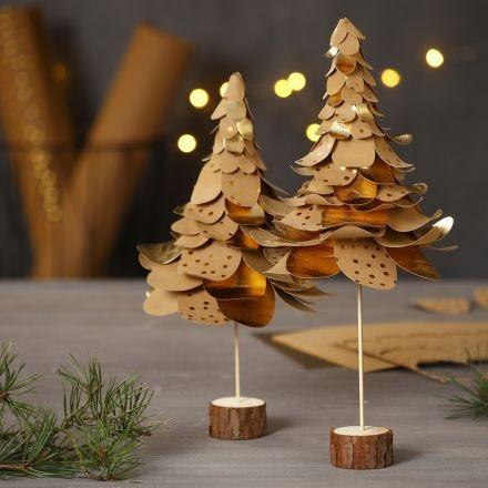 Julgranar av utstansade läderpapper i lager på lager