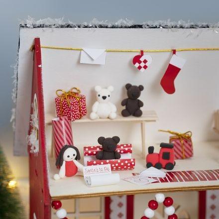 Nissen gör julklappar i jultomtens hus.