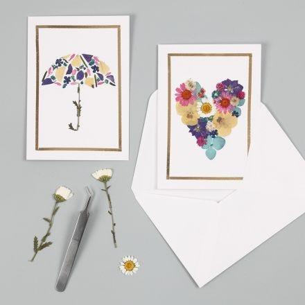 Kort med motiv gjorda av torkade blommor och ramar av dekorationsfolie