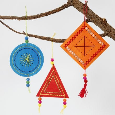Färgrika dekorationer med broderi