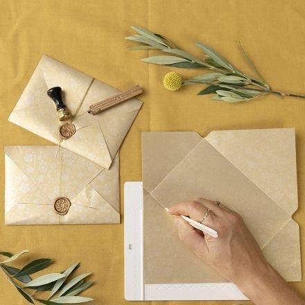 Handgjorda kuvert stängda med lack och sigill