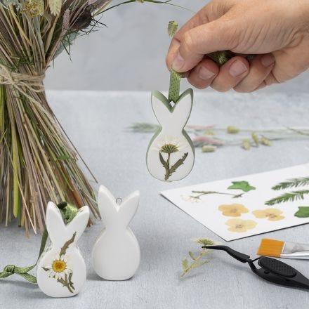 Påskdekorationer av porslin med torkade blommor