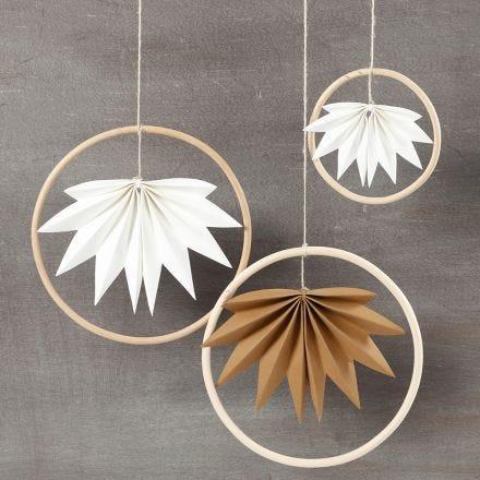 Dekorationer av bamburingar med blad av läderpapper.