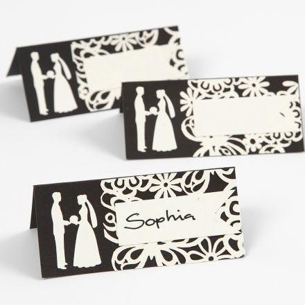 Bordskort med utstansat bröllopsmotiv och spetskartong.