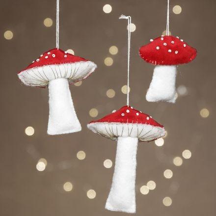 Svampar gjorda av filt med pärlbroderi som dekoration