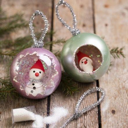Julkulor dekorerade med metallfärg, glitter och minifigurer av Silk Clay.