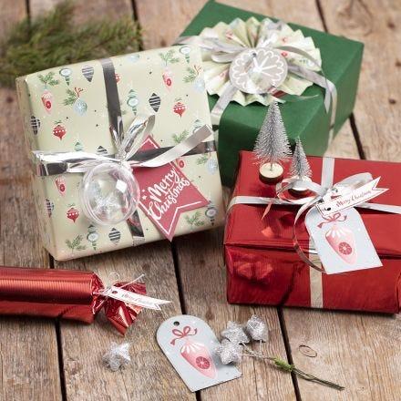 Presentinslagning med juldekorationer