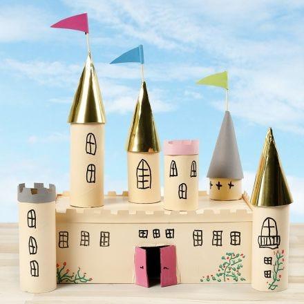 Slott av papplåda och papprör dekorerad med hobbyfärg