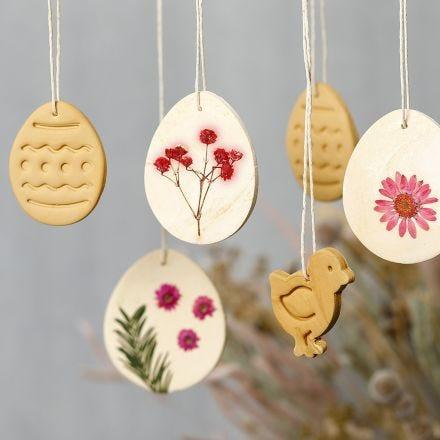 Dekorationer av självhärdande lera med torkade blommor