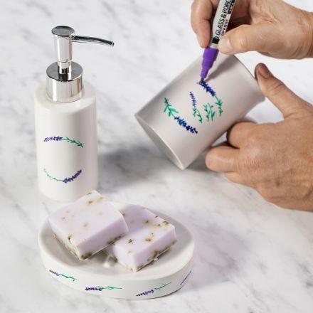 Sæbeskål og sæbedispenser dekoreret med porcelænstusch