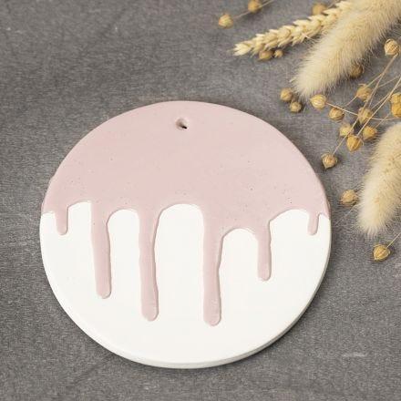 Platta av självhärdande lera med glasyreffekt