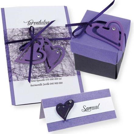 Inbjudning, placeringskort/bordskort i lila och vitt.