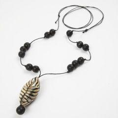 Halsband med buffelhornspärla