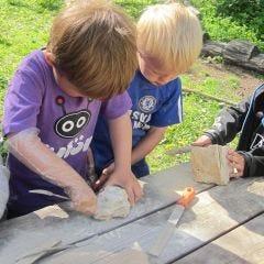 Barn arbetar med täljsten