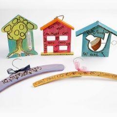 Trä som dekorerats med glödpenna och Plus Color