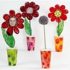 Pappvaser med blommor i fönsterfärg