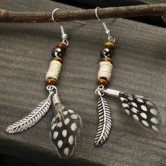 Örhängen med fjädrar och pärlor