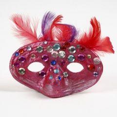Mask i papier-maché med fjädrar och rhinstenar